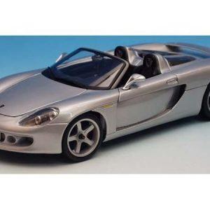 Maisto Porsche Carrera GT pienoismalli jalustalla
